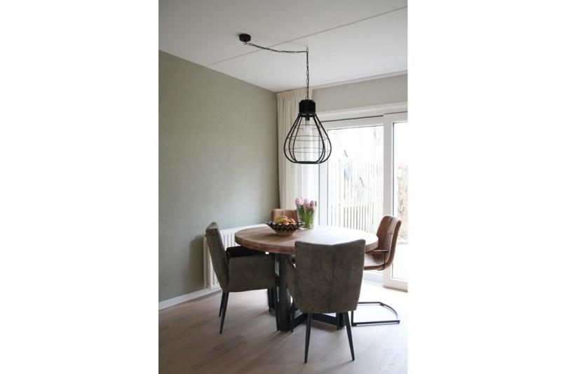 industriele-tafel-en-stoelen-1.jpg